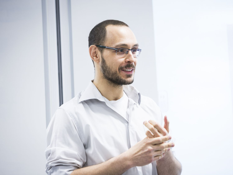 Tutkijatohtori Pedro H. J. Nardelli tekee aktiivista tutkimustyötä BCDC ICT -tiimissä. Kuva: Kati Leinonen.