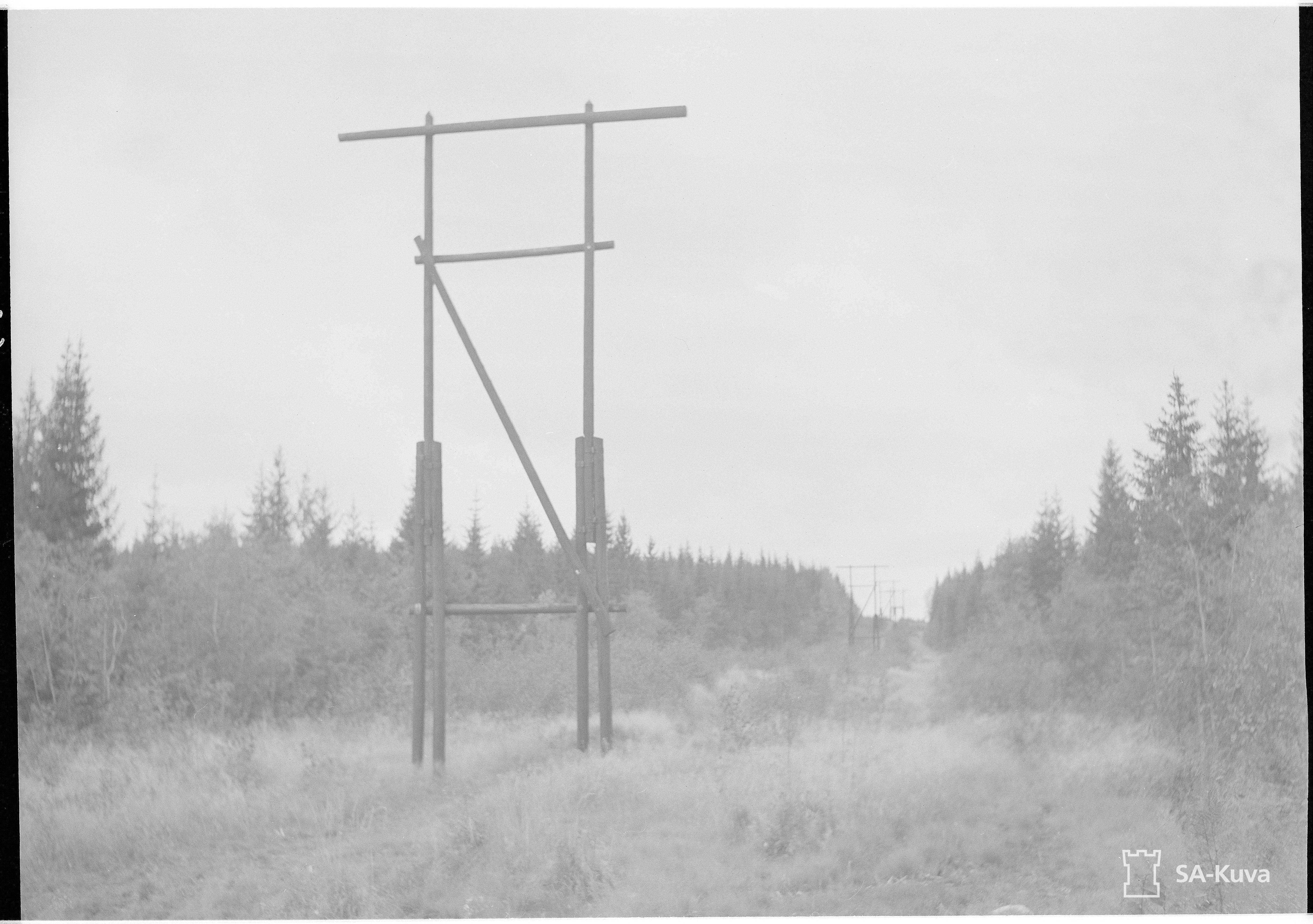 Sähkölinja, jota myöten I/JR 51. hyökkäsi Äänislinnan eteläpuolelta hallitsevalle kukkulalle pisteessä 152,6.